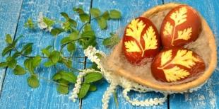 Как украсить пасхальные яйца с помощью листочков петрушки