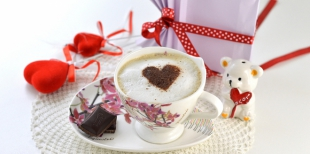 Как красиво подать капуччино в День Святого Валентина