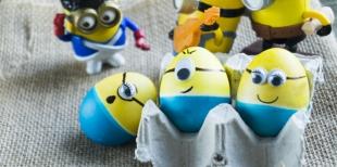 Как покрасить яйца в виде Миньонов