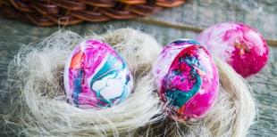 Как сделать декоративные яйца при помощи лака для ногтей