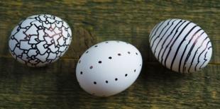 Как сделать черно-белые пасхальные яйца