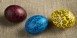 Как украсить пасхальные яйца вензелями