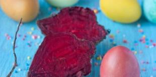 Как покрасить яйца в розово-бордовый цвет с помощью свёклы